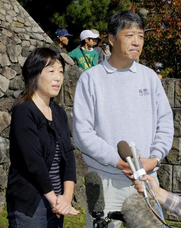 2009年10月、日本のプロ球団入りを表明した菊池雄星投手の記者会見後、質問に答える父雄治さん(右)と母加寿子さん=岩手県花巻市の花巻東高校