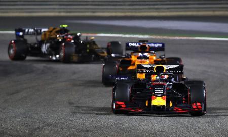 自動車F1バーレーン・グランプリで4位となったレッドブル・ホンダのマックス・フェルスタッペン(手前)=サキール(ゲッティ=共同)