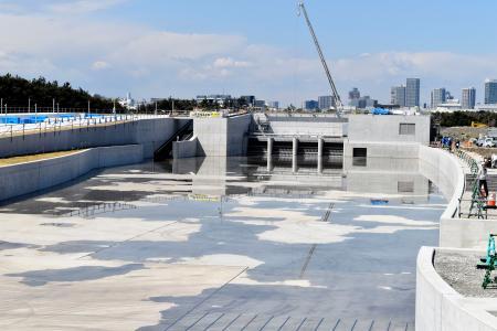 水を張る作業がスタートした、カヌー・スラロームセンター=1日午前、東京都江戸川区