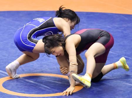 女子50キロ級準々決勝 攻める須崎優衣(右)=駒沢体育館