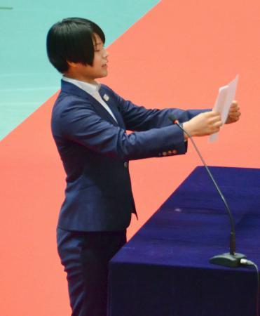 日体大の入学式で新入生を代表して宣誓する柔道女子の阿部詩=3日午前、東京都世田谷区