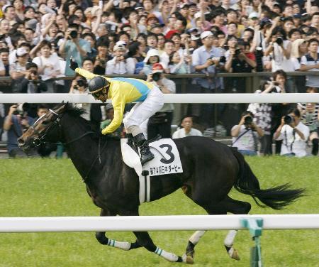 2007年5月、日本ダービーを制したウオッカと四位洋文騎手=東京競馬場