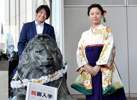 日体大の入学式に出席した柔道女子の阿部詩(左)。右はスピードスケート女子の高木美帆=3日、東京都世田谷区