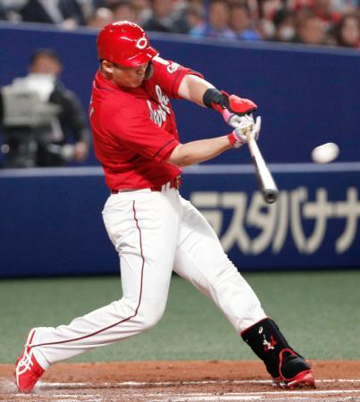 7回広島2死一、二塁、鈴木が中越えに3ランを放つ=ナゴヤドーム