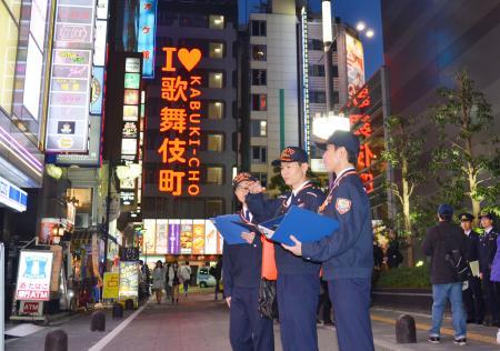 歌舞伎町のビルの立ち入り検査に向かう新宿消防署の機動査察隊員=3日夕、東京都新宿区
