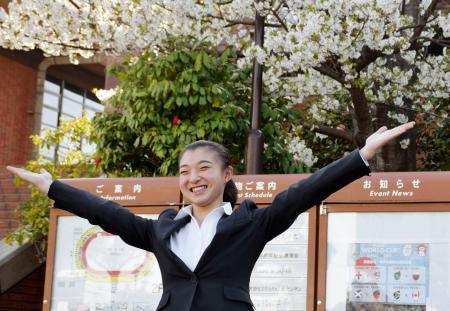 神戸学院大の入学式で記念撮影するフィギュアスケート女子の坂本花織=5日