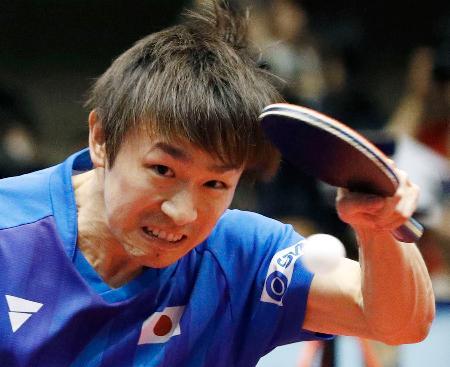 男子1次リーグ 台湾選手と対戦する丹羽孝希=横浜文化体育館