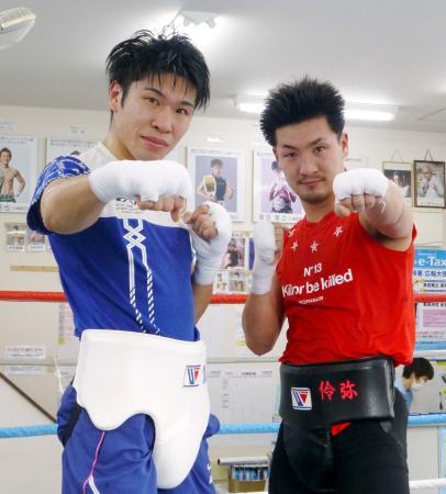 スパーリングを公開し、ポーズをとる黒田雅之(左)と小西伶弥=6日、川崎市