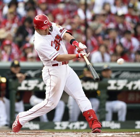6回広島1死一、三塁、鈴木が左中間に3ランを放つ=マツダ