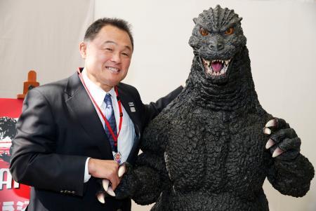 イベントでゴジラと握手して写真に納まる全日本柔道連盟の山下泰裕会長=6日、福岡国際センター