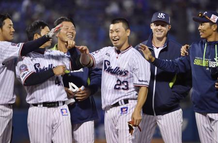 12回にサヨナラ本塁打を放ち、チームメートと笑顔のヤクルト・青木(23)=神宮