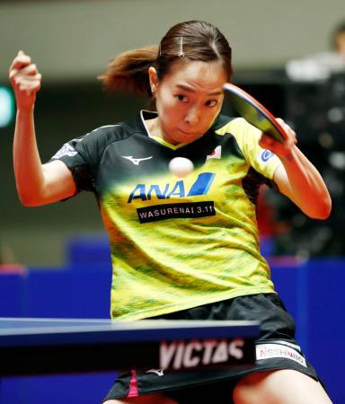 女子3位決定戦 シンガポール選手と対戦する石川佳純=横浜文化体育館