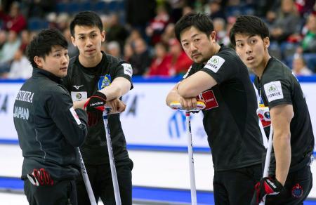 スイスとの3位決定戦のエンド間に話し合うコンサドーレの選手たち。左から松村、清水、阿部、谷田=レスブリッジ(カナダ通信・AP=共同)