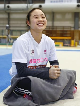 笑顔で取材に応じる体操女子の宮川紗江選手=9日、神奈川県鎌倉市