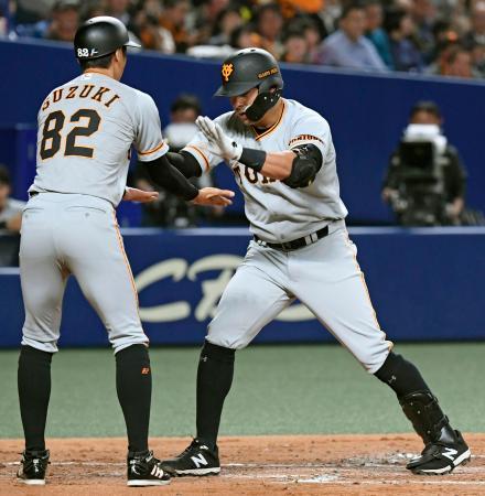 2回、来日初本塁打を放ち、コーチに迎えられる巨人・ビヤヌエバ(右)=ナゴヤドーム