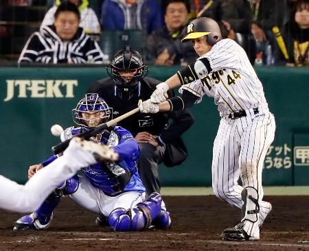 8回阪神2死一、二塁、梅野が右中間に適時二塁打を放ちサイクル安打を達成。捕手伊藤光=甲子園
