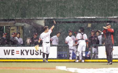 降雨コールドゲームで引き分けに終わり、引き揚げるソフトバンクナイン=長崎