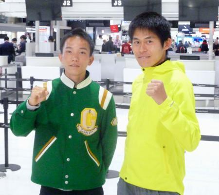 渡米前に取材に応じ、ポーズをとる男子マラソンの川内優輝(右)と井上大仁=10日、成田空港