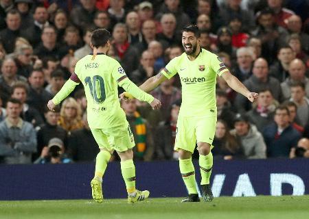 マンチェスター・ユナイテッド戦で得点を喜ぶバルセロナのスアレス(右)とメッシ=マンチェスター(ロイター=共同)