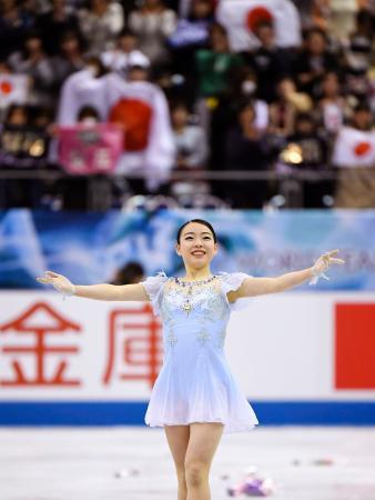 女子SPの演技を終え、歓声に応える紀平梨花=マリンメッセ福岡
