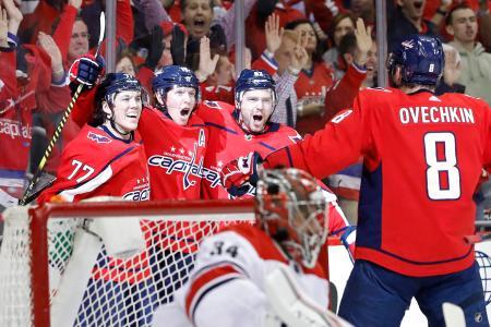 NHLのプレーオフ1回戦、ハリケーンズ戦でニクラス・バクストローム(左から2番目)のゴールを喜ぶキャピタルズの選手たち=11日、ワシントン(USA TODAY・ロイター=共同)