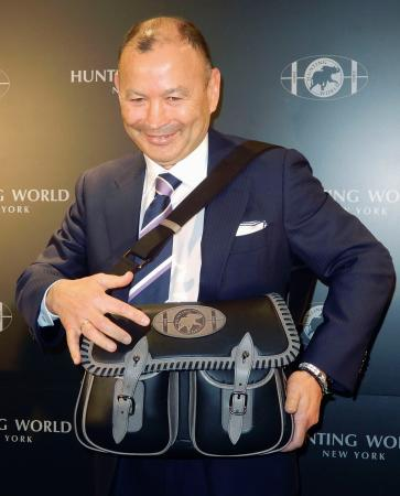 自ら監修したバッグを身につけるイングランド代表のエディー・ジョーンズ監督=12日、東京都内