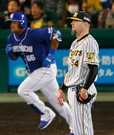 6回中日1死一塁、ビシエド(左)に2打席連続本塁打となる2ランを浴びた阪神・メッセンジャー=甲子園