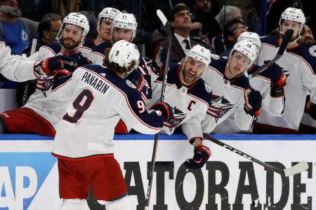NHLのプレーオフ1回戦、ライトニング戦でゴールに沸くブルージャケッツ=12日、タンパ(AP=共同)