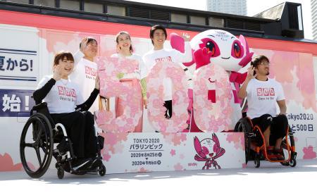 2020年東京パラリンピック開幕まで500日となり、イベントで記念写真に納まる(左から)バドミントンの里見紗李奈選手、トライアスロンの木村潤平選手ら。右端は車いすラグビーの池崎大輔選手=13日午後、東京都江東区