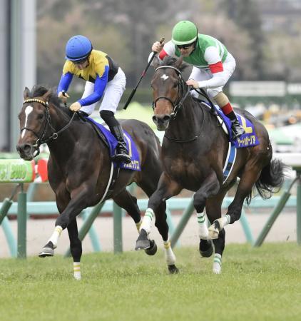 皐月賞を制したサートゥルナーリア(右)と2着のヴェロックス=中山競馬場