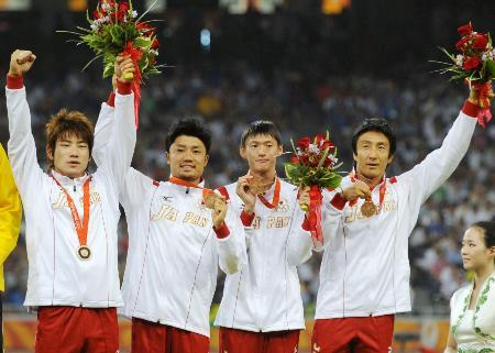 2008年の北京五輪陸上男子400メートルリレーで銅メダルを獲得した日本チーム。左から塚原直貴、末続慎吾、高平慎士、朝原宣治の各選手=国家体育場(共同)