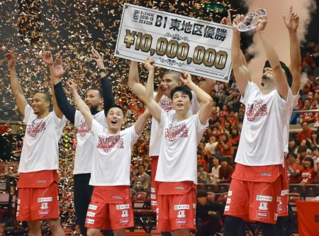東地区2連覇を決め、喜ぶ富樫(左から3人目)ら千葉の選手=船橋市総合体育館