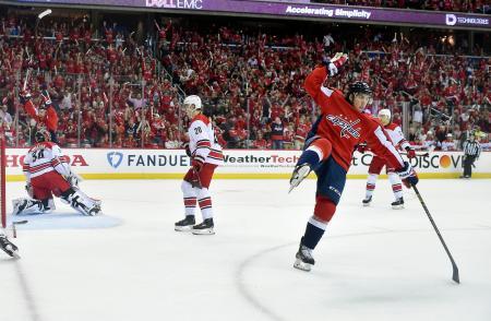 NHLプレーオフ1回戦、ハリケーンズとの第2戦でゴールを決め、喜ぶキャピタルズのTJ・オーシー(右)=13日、ワシントン(AP=共同)