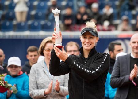 テニスのルガノ・オープンを制し、トロフィーを掲げるポロナ・ヘルツォグ=14日、ルガノ(AP=共同)