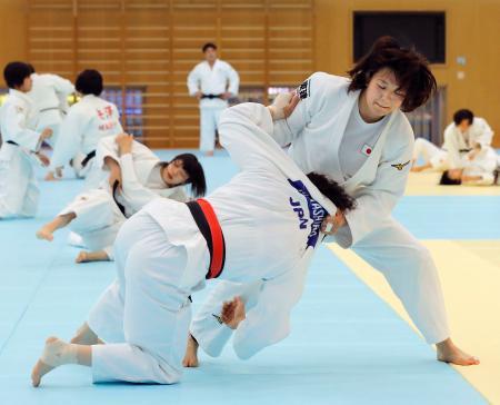 強化合宿で練習する新井千鶴(右)=味の素ナショナルトレーニングセンター