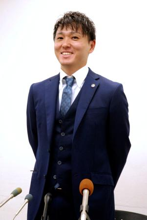 引退会見で笑顔を見せるトランポリン男子の伊藤正樹=17日午後、東京都渋谷区