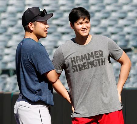試合前、マリナーズ・菊池(左)と話すエンゼルス・大谷=アナハイム(共同)