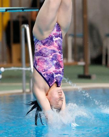 女子3メートル板飛び込みで優勝した三上紗也可=東京辰巳国際水泳場