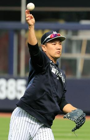 試合前の練習でキャッチボールするヤンキース・田中=ニューヨーク(共同)