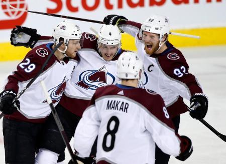 NHLプレーオフ1回戦、フレームズ戦でゴールに沸くアバランチの選手たち=19日、カルガリー(カナディアンプレス・AP=共同)