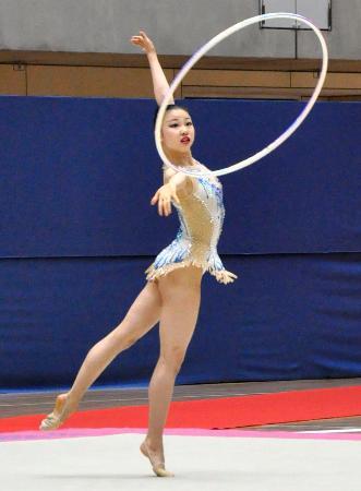 個人総合前半 フープの演技をする柴山瑠莉子=高崎アリーナ