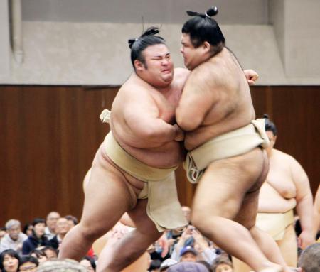 申し合いをする貴景勝(左)と高安=千葉県柏市