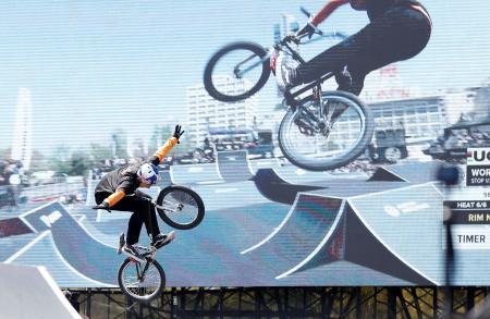 BMXフリースタイル・パーク男子準決勝で技を披露する中村輪夢=広島市
