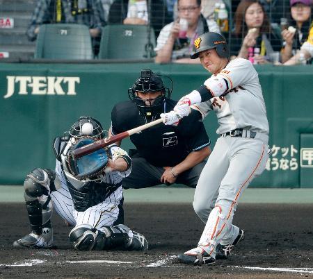 7回巨人2死二塁、山本が左中間に適時三塁打を放つ=甲子園