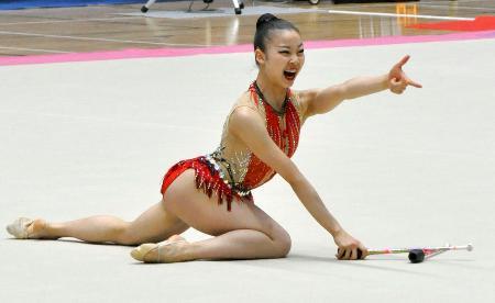 個人総合後半 クラブの演技をする柴山瑠莉子=高崎アリーナ