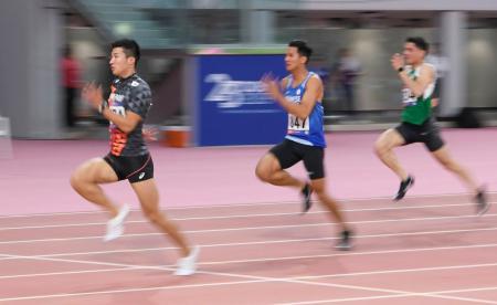 男子100メートル予選 力走する桐生祥秀(左)=ドーハ(共同)