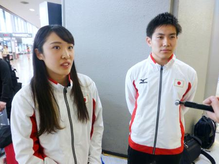 トランポリンのW杯から帰国し、取材に応じる森ひかる(左)と堺亮介=23日、成田空港
