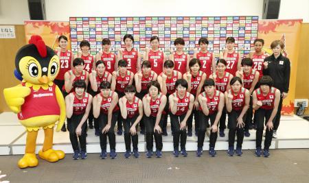 記者会見後、ポーズをとるバレーボール女子日本代表の中田監督(右端)と選手ら=24日、味の素ナショナルトレーニングセンター