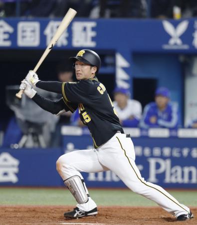 9回阪神2死一、三塁、近本が左越えに決勝3ランを放つ=横浜