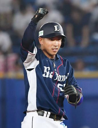 10回、適時二塁打を放ちガッツポーズする西武・愛斗=ZOZOマリン